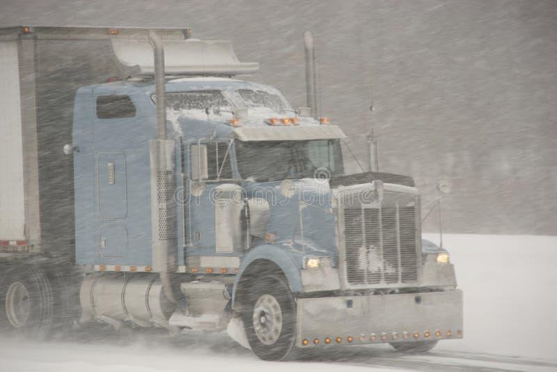 Semi-Camion che guida in una bufera di neve fotografia stock