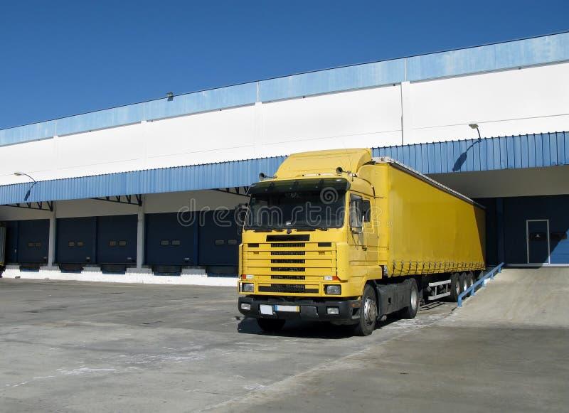 Semi camion che si siede ad un bacino di caricamento fotografia stock