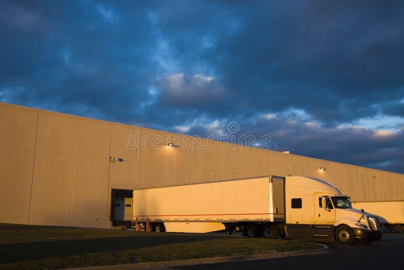 Semi camion dans la zone de charge photo libre de droits