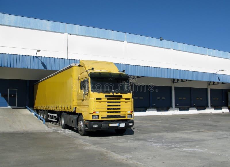 Semi camion nel bacino di caricamento immagini stock