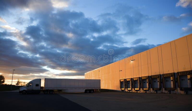 Semi camion partant de la base photos libres de droits