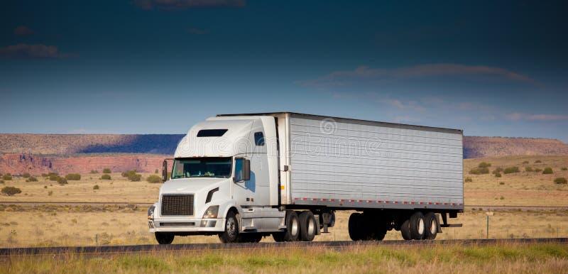 Semi-camion sulla strada nel deserto fotografia stock libera da diritti
