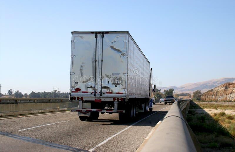 Semi camion sur l'autoroute images libres de droits