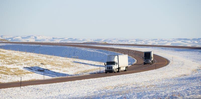 Semi camiones con el remolque imagen de archivo