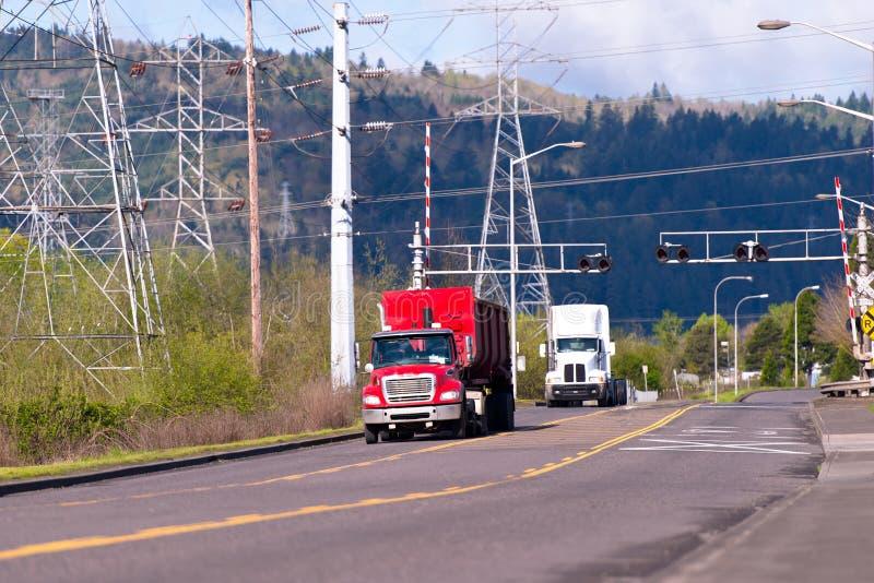 Semi camions sur la route dans la zone industrielle photographie stock