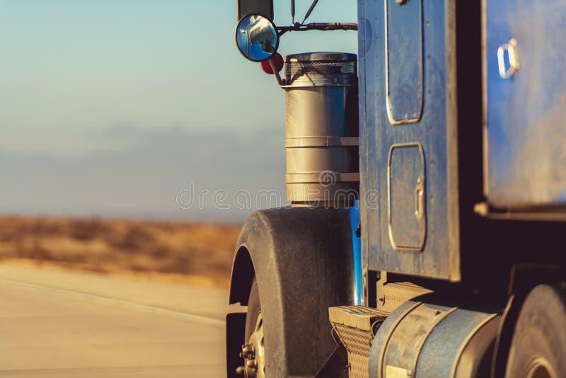 Semi carro en el camino imagen de archivo