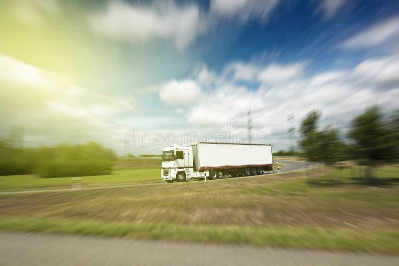 Semi ciężarówka na autostradzie na słonecznym dniu obraz stock