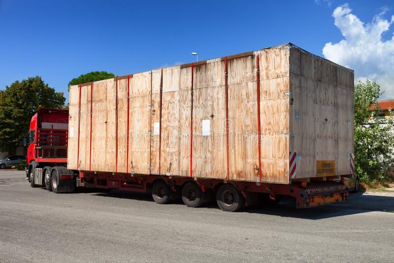 Semi ciężarówka na drodze