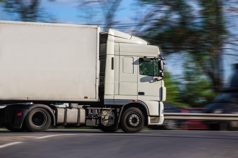 semi ciężarówka poruszająca na autostradzie zdjęcia royalty free