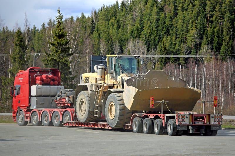 Semi de Afstanden Overmaatse Lading van Scania, Achtermening royalty-vrije stock foto's