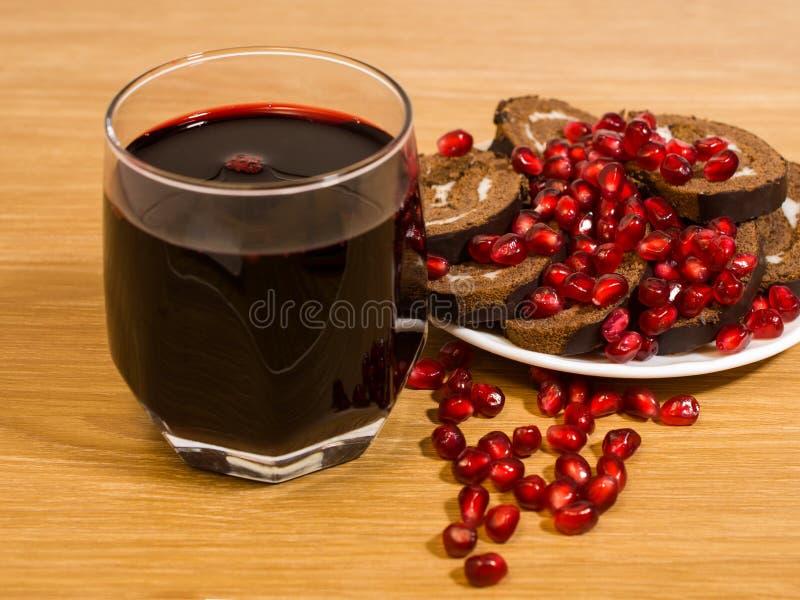 Semi del melograno e del vino immagine stock