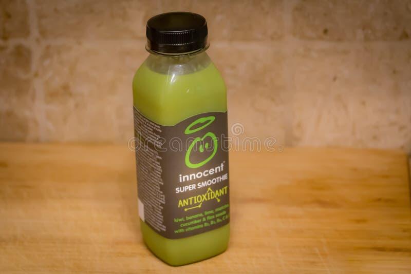 Semi di fitocofano antiossidante verdi innocenti con kiwi, banana, calce, matcha, cetriolo e semi di lino Pieno di vitamine immagini stock libere da diritti