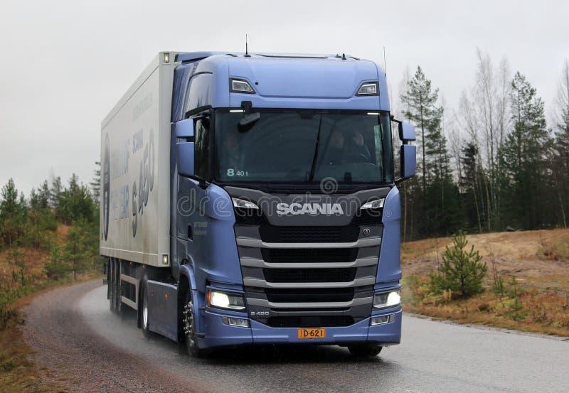 Semi di Scania S450 della prossima generazione sulla strada fotografia stock libera da diritti