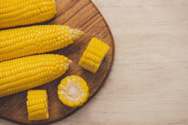 Semi dolci Cereale fresco sulle pannocchie sulla tavola di legno fotografia stock libera da diritti