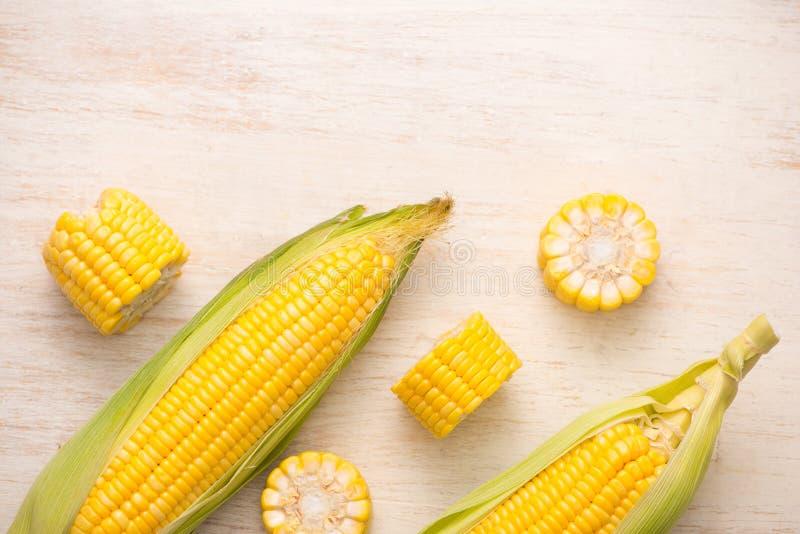 Semi dolci Cereale fresco sulle pannocchie sulla tavola di legno fotografie stock
