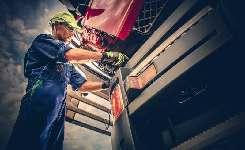 Semi entretien de camion images stock