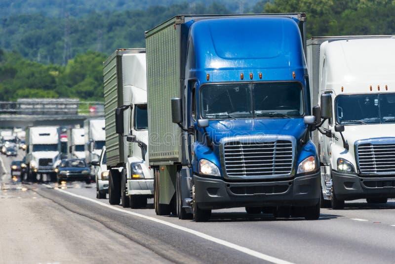 Semi estrada nacional aglomerada bloco dos caminhões imagens de stock royalty free