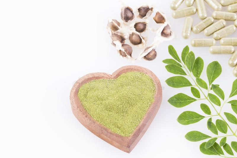 Semi, foglie, polvere e capsule di moringa Vista superiore - moringa oleifera fotografia stock libera da diritti