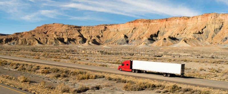 Semi largo trayecto 18 Wheeler Big Rig Red Truck del remolque foto de archivo