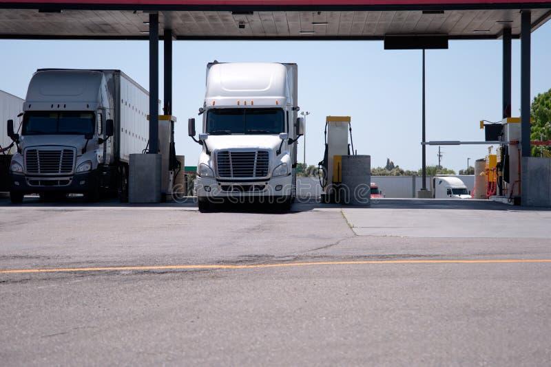 Semi les camions sont à la station service pour le réapprovisionnement en combustible images stock