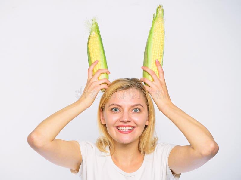 Semi maturi della tenuta allegra allegra di umore della ragazza come orecchie del coniglietto Vegetariano dell'alimento e prodott immagine stock libera da diritti