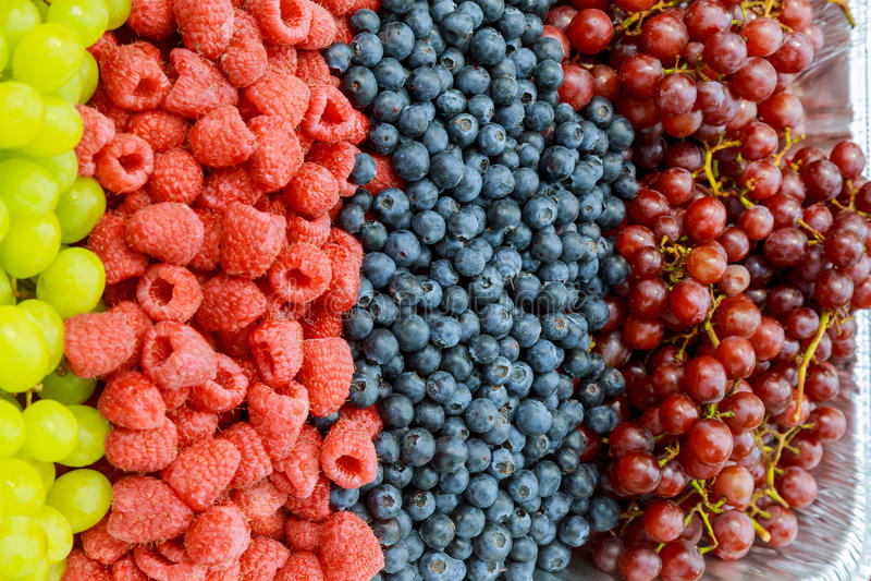 Semi, more, lamponi, mirtilli e fragole organici freschi del melograno fotografia stock libera da diritti