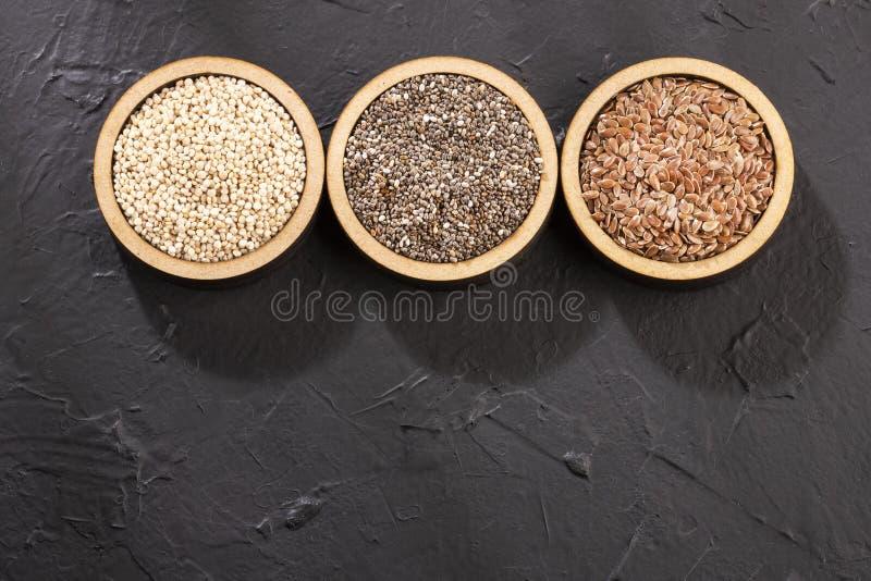 Semi organici della quinoa, seme di lino e Chia - Superfoods immagini stock