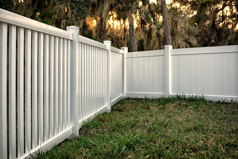 Semi prywatność winylu ogrodzenie zdjęcie stock