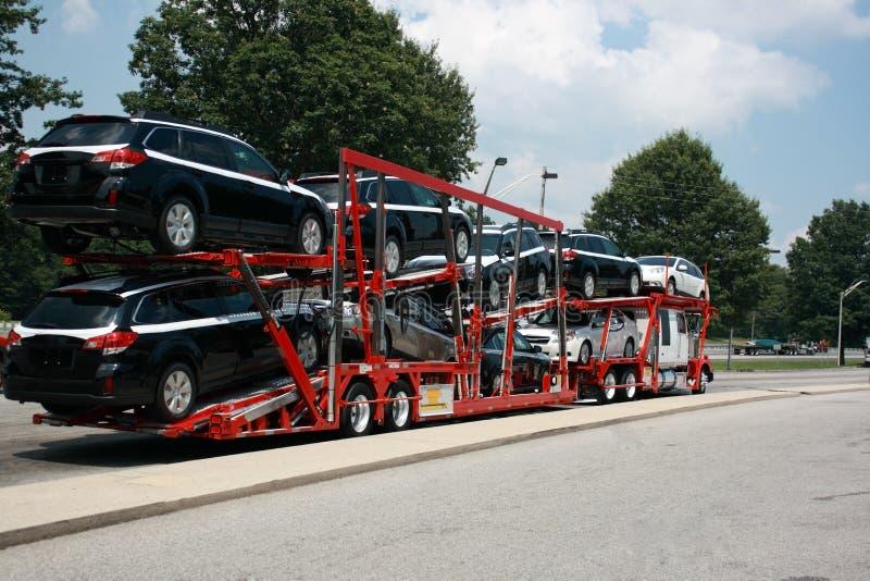 Semi-remolque que transporta los nuevos coches imagen de archivo libre de regalías