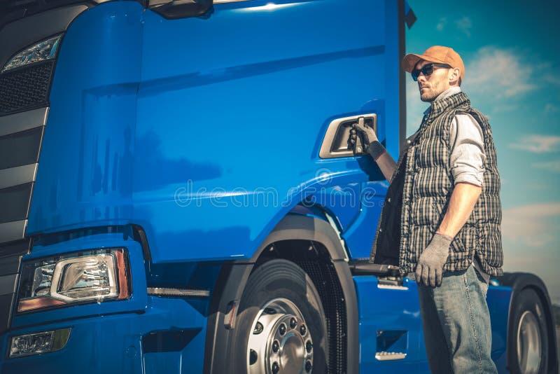 Semi transporte de carga do caminhão fotografia de stock royalty free