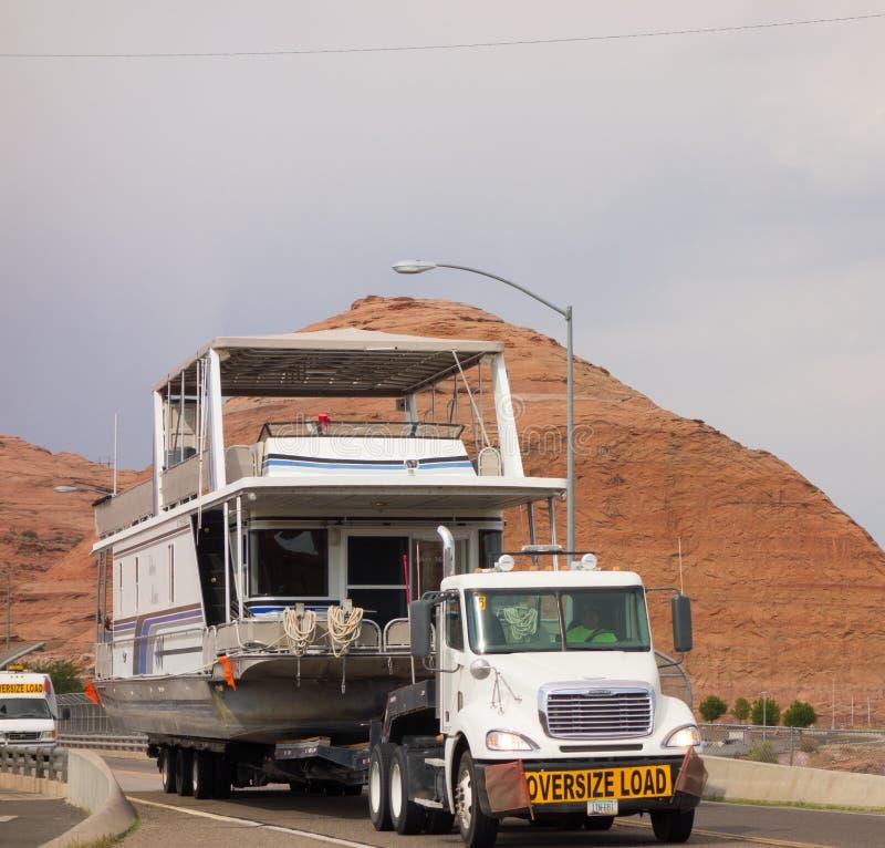 Semi un transport d'un bateau-maison au-dessus d'un pont en Arizona photo stock
