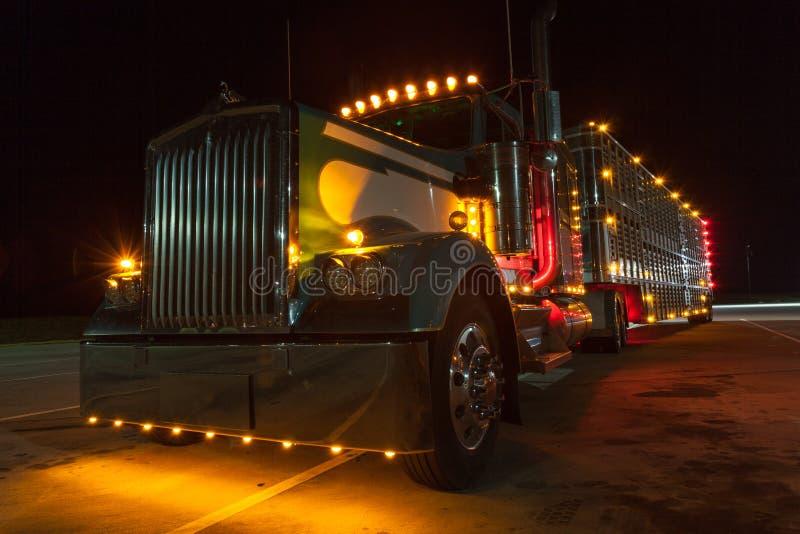 Semi vrachtwagen in bijlage aan een dierlijke drageraanhangwagen Geparkeerde vrachtwagen stock afbeeldingen