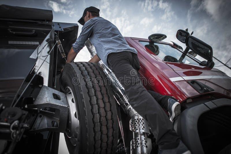 Semi Vrachtwagen die voorbereidingen treffen te drijven royalty-vrije stock afbeelding