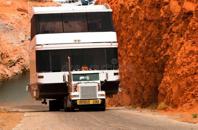 Semi vrachtwagen en boot op vlakke de Paginamarine van de bedaanhangwagen stock foto