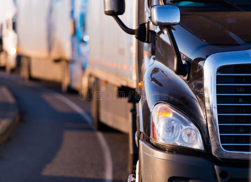 Semi vrachtwagen in fronf van konvooi royalty-vrije stock foto's