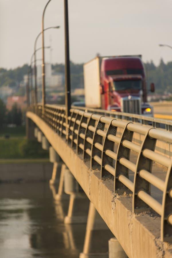 Semi Vrachtwagen op Brug royalty-vrije stock fotografie
