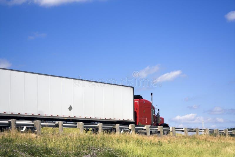 Semi Vrachtwagen op de weg stock afbeelding