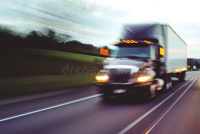 Semi vrachtwagen op wegconcept met motieonduidelijk beeld stock foto's