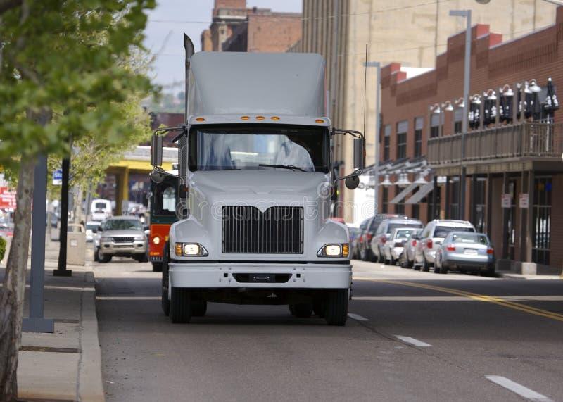 Semi Vrachtwagen in stad royalty-vrije stock foto's