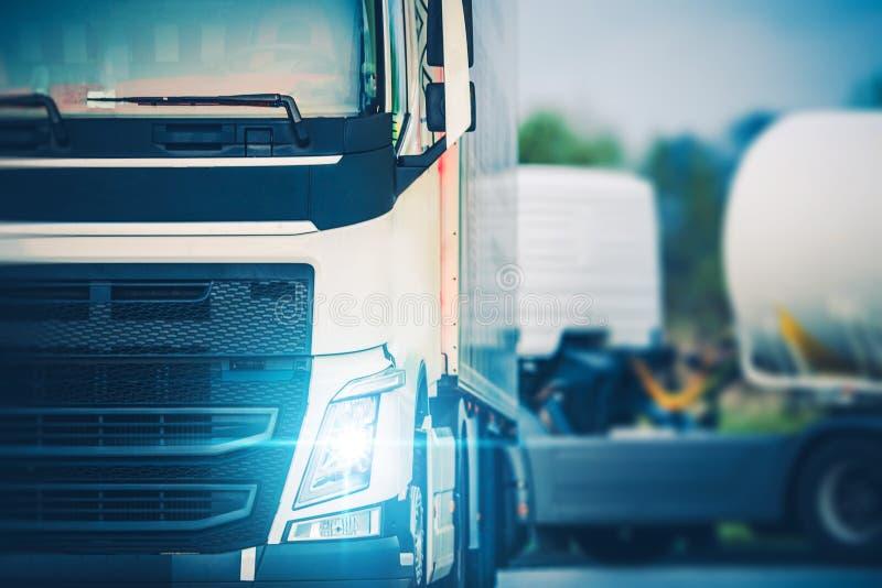 Semi Vrachtwagenchauffeurs die Rust parkeren stock foto's