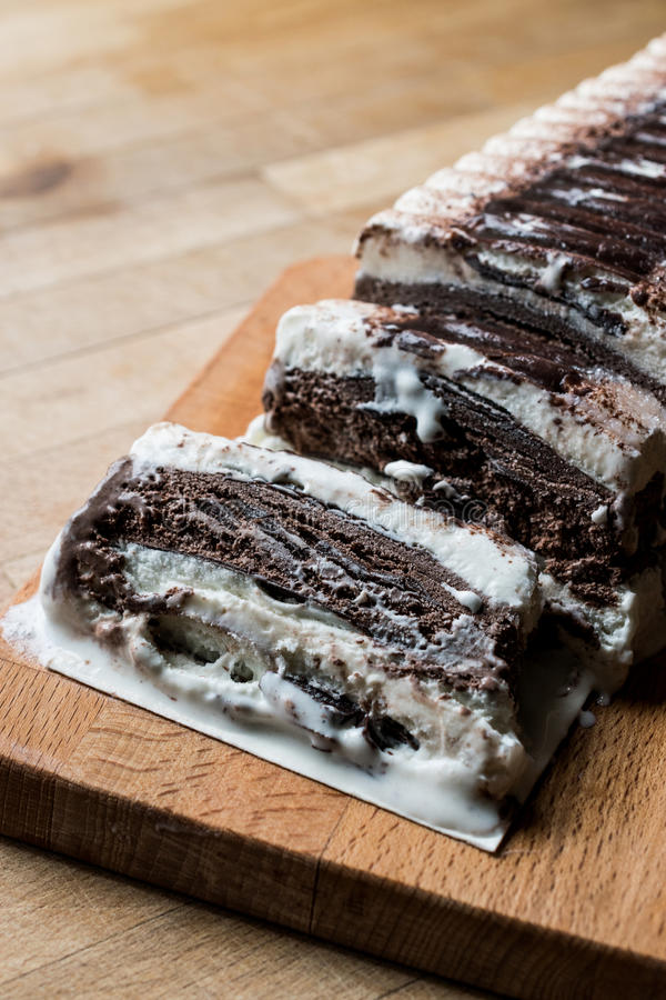Semifreddocake - roomijs met chocolade en vanille semi-bevroren dessert royalty-vrije stock foto's