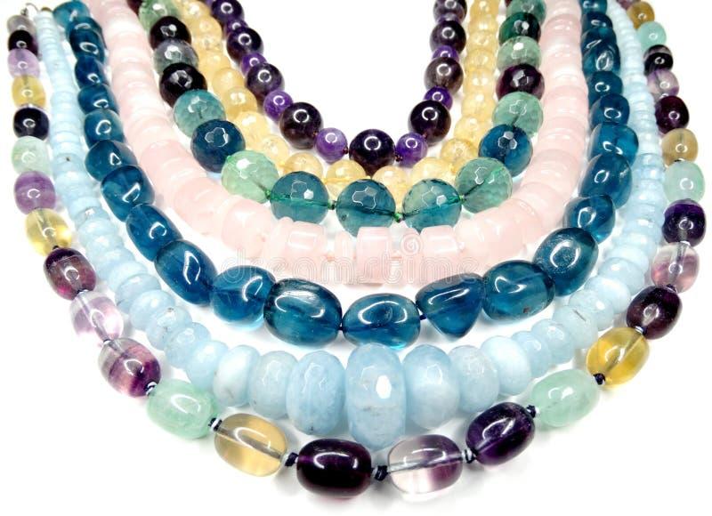 Semigem halsband med ljusa kristallsmycken arkivfoto