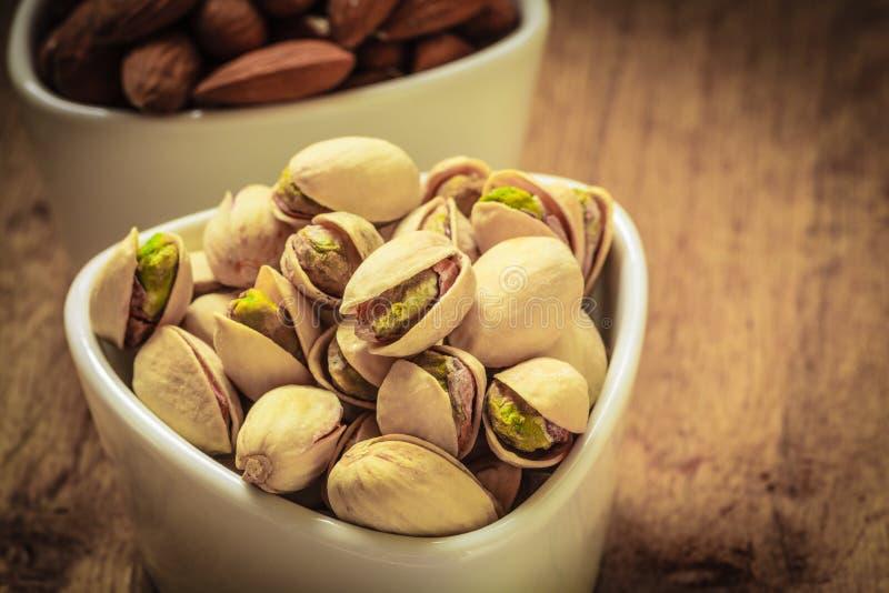 Semilla asada de las nueces de pistacho con la cáscara fotografía de archivo