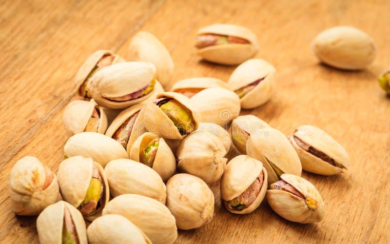 Semilla asada de las nueces de pistacho con la cáscara imágenes de archivo libres de regalías
