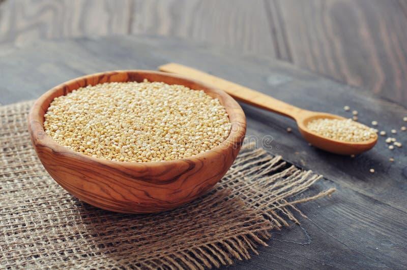 Semillas crudas de la quinoa fotografía de archivo