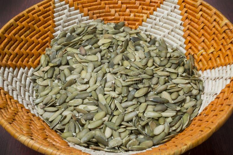 Semillas de calabaza en cesta del nativo americano foto de archivo libre de regalías