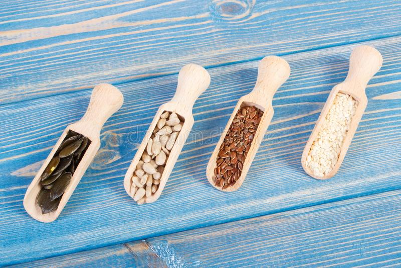 Semillas de la linaza, del girasol, de la calabaza y de sésamo en los tableros de madera, concepto sano de la nutrición imágenes de archivo libres de regalías