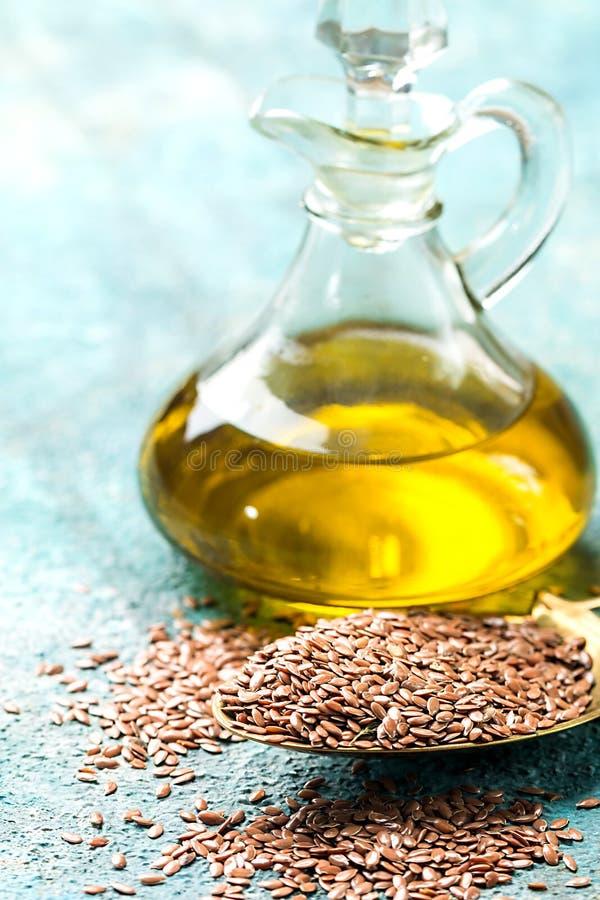 Semillas de lino y aceite de linaza foto de archivo libre de regalías