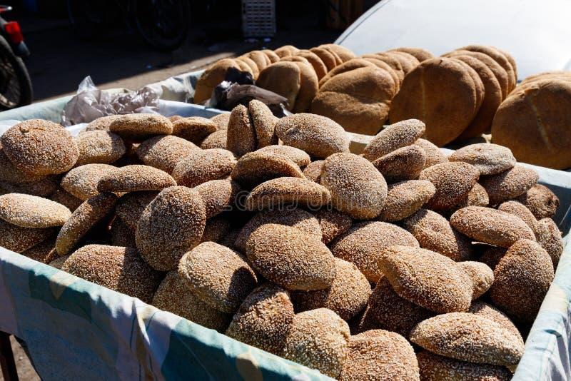 Semillas de sésamo marroquíes tradicionales típicas del flatbread en la parada de la comida de la calle, Marrakesh, Marruecos fotografía de archivo