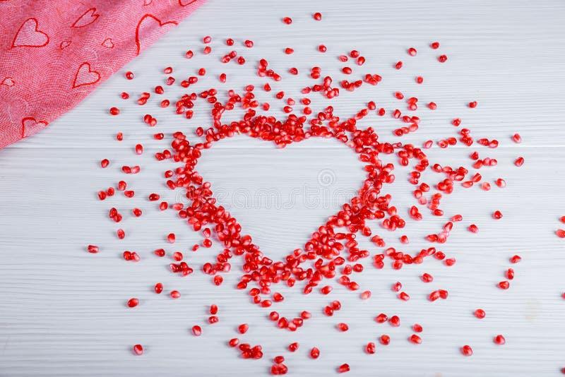 Semillas en forma de corazón de la granada del amor foto de archivo